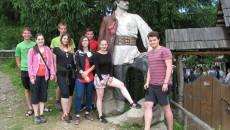 Společné foto před sochou Nikoly Šuhaje loupežníka v Koločavě