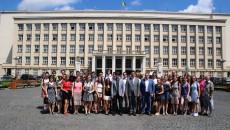 Před budovou Zakarpatské oblastní rady v Užhorodě